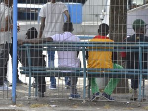 İtalya'daki tren istasyonları çaresiz göçmenlerle doldu
