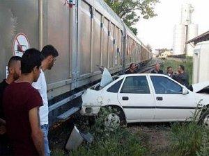 Otomobil ile yük treni çarpıştı