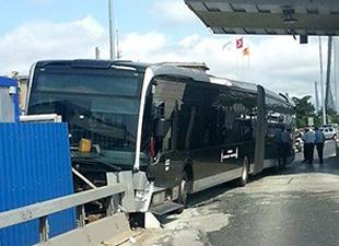 Metrobüs köprü gişelerine çarptı
