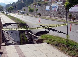 Zonguldak'ta sahil yolunda çökme meydana geldi, trafik durdu