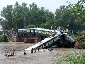 Pakistan'da tren kazası: 12 ölü