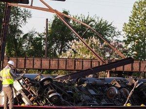 Raydan çıkan tren 5 bin kişiyi tahliye ettirdi