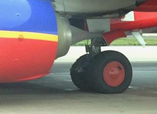 Southwest uçağının kalkışı sırasında lastiği yandı