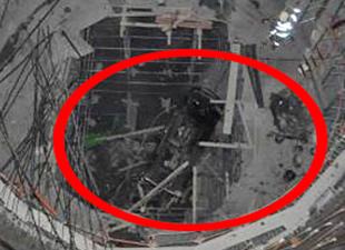 Otomobil Metro inşaatı çukuruna uçtu