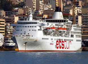 Ege Denizi'nde kaza; Yunan Sahil Güvenlik botu yolcu gemisiyle çatıştı