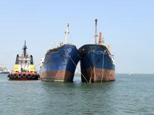 Mersin'de 2 kuru yük gemisinin batması engellendi