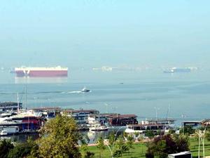 Otomotiv fabrikaları bakım için üretimi durdurunca, car carrierler Körfez'e demir attı