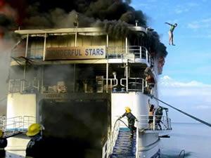 Filipinler'de feribotta yangın çıktı, yolcular denize atladı