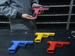 Kadınlar için üretilen renkli silahlar ABD pazarında