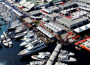 İstanbul Boğazı'nda tekne defilesi