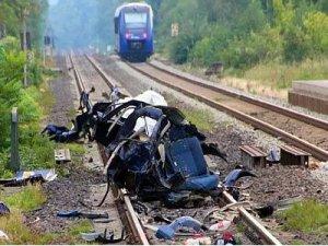 Almanyada tren arabaya çarptı 5 genç öldü