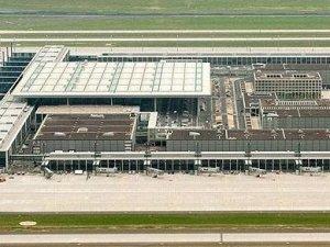 Almanlar Brandenburg Havalimanı'nı yine erteledi