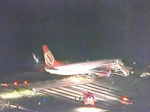 Yolcu uçağı çim zemine saplandı