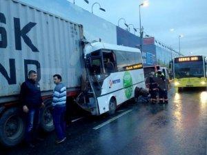 Yolcu minibüsü TIR'a çarptı: 10 yaralı
