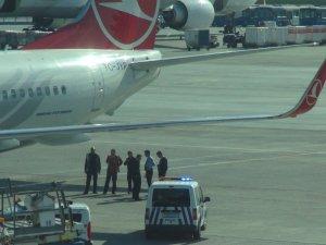 Uçaktan düşen personelin bileği kırıldı