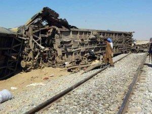 Pakistan'da tren raydan çıktı: 10 kişi hayatını kaybetti
