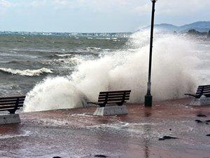 Şiddetli lodos ulaşıma da ava da geçit vermedi, dalgalar sahilleri dövdü