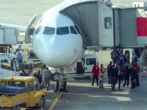 Uçağın altına araç sıkıştı