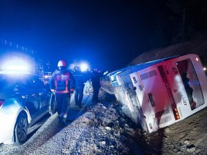 İşçileri taşıyan otobüs devrildi: 1 ölü