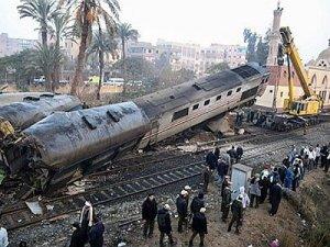 Mısır'da tren beton duvara çarparak devrildi
