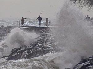 Kuzey Ege'de kuvvetli lodos deniz ulaşımını vurdu