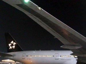 Air India'nın B777 uçağı aydınlatma direğine çarptı