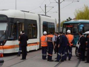Tramvay ile özel halk otobüsü çarpıştı: 1 yaralı