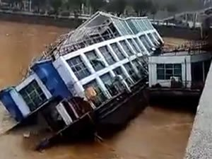 Nehir taşınca Çin'de iki restorant tekne battı