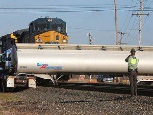 ABD'de yük treni gaz yüklü kamyona çarptı