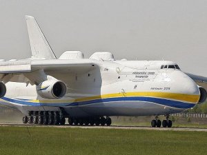 Dünyanın en büyük uçağı ilk ticari uçuşunu yaptı