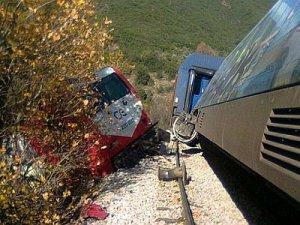 Yunanistanda iki tren çarpıştı 2 ölü, 2 yaralı