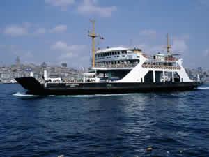 Zeytinburnu arabalı vapuru Sirkeci'de iskeleye çaptı