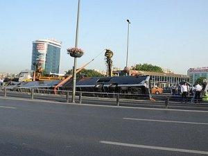 Cevizlibağda devrilen metrobüs olay yerinden kaldırıldı