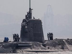 İngiltere nükleer denizaltısı ticari gemiyle çatıştı