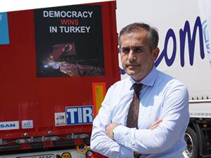 """UND TIR'larına """"Demokrasi Çıkartmaları"""" yapıştırıldı"""