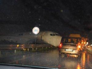 Pistten çıkan uçak otoyola daldı