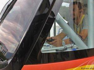 Sürücüsüz otobüs yolda