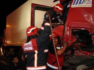 TEM'de tır kamyona çarptı