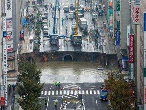 Japonya'da 5 şeritli yol çöktü