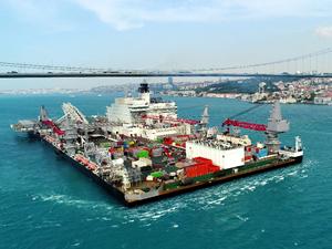 Türk Akımı'nda boru döşeyecek gemi İstanbul Boğazı'ndan geçti