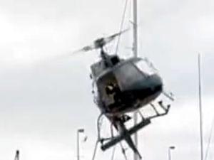 Tellere çarpan helikopter saniyeler içinde parçalandı